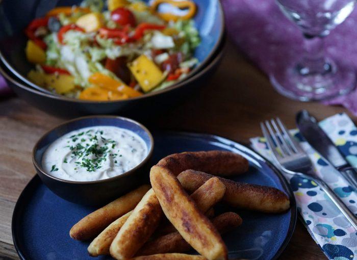 Erdapfelnudeln mit Salat und Frischkäse