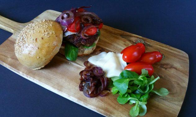 Cheesburger mit karamellisierten Zwiebeln
