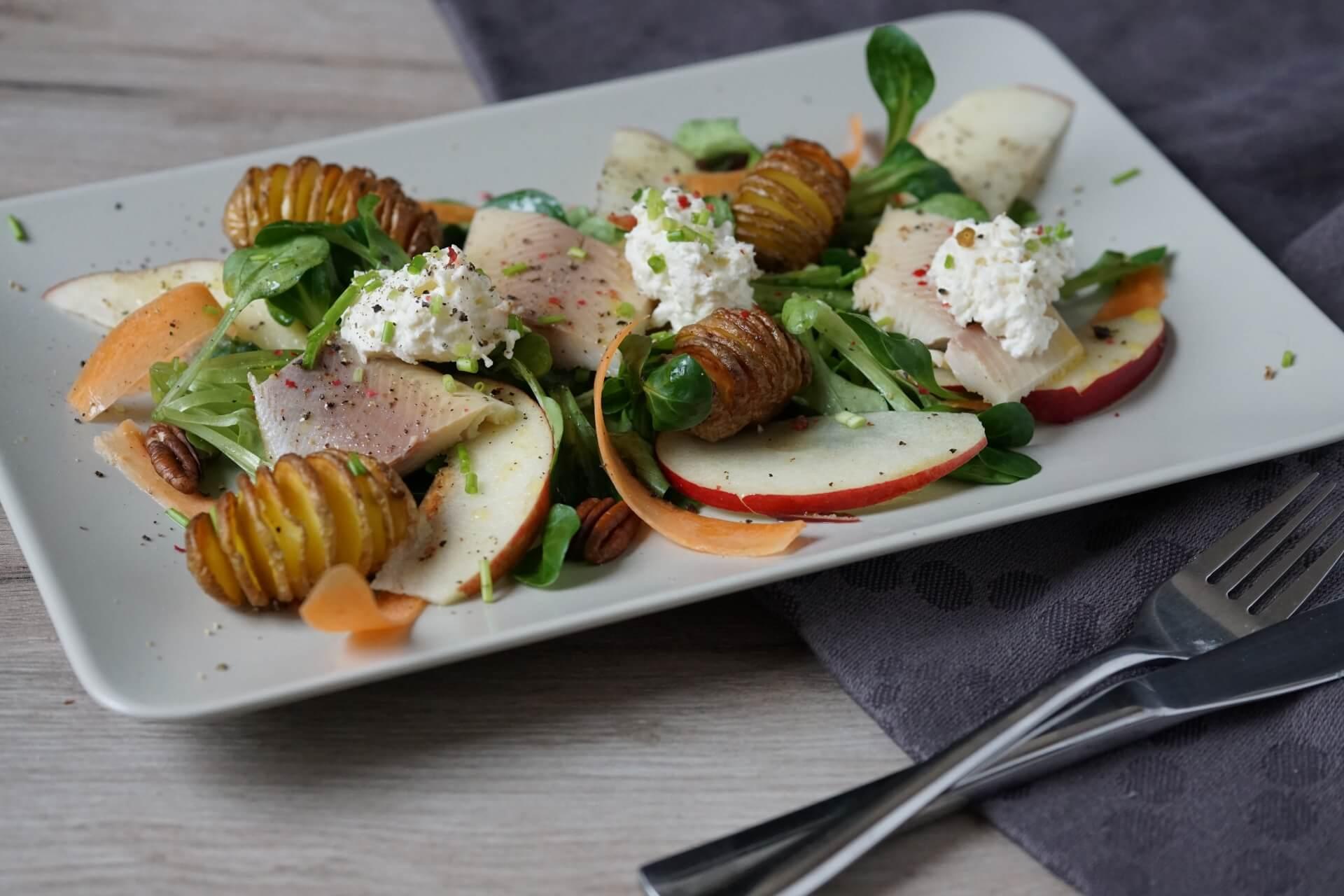 geräucherte Forelle auf Salatbett mit Oberskren