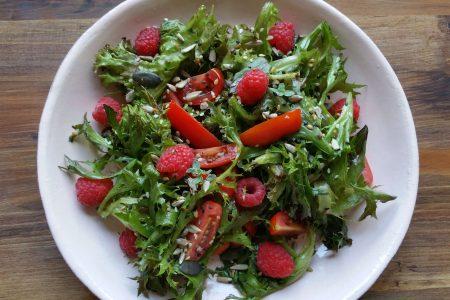 sommerlicher Salat mit Himbeeren und Tomaten