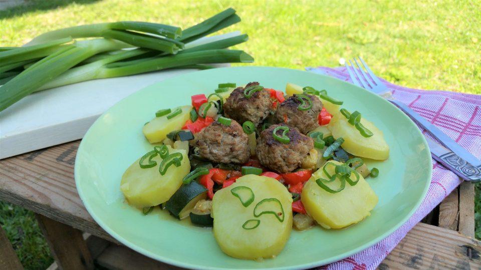 Gemüsepfanne mit Fleischbällchen