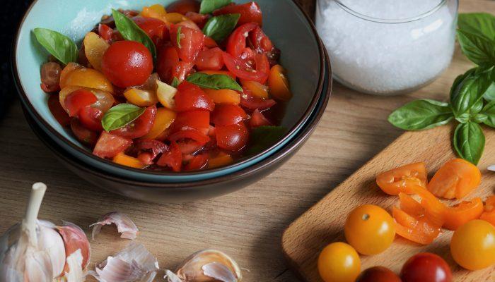 die beste Grillbeilage – Tomaten mit Knoblauch, Olivenöl & Basilikum