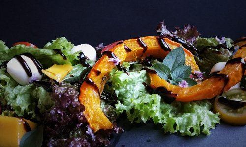 erfrischender Salat mit Ofenkürbis & Mango