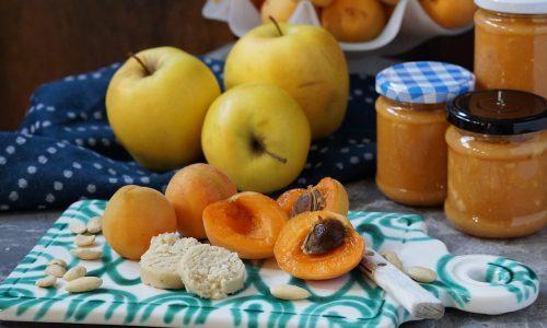 Marillenmarmelade mit Marzipan & Apfelstückchen