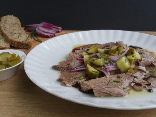 Saures Rindfleisch - eine typisch österreichische Heurigen-Jause #rezepte #fleisch #Brotzeit #Heurigen #Jause v