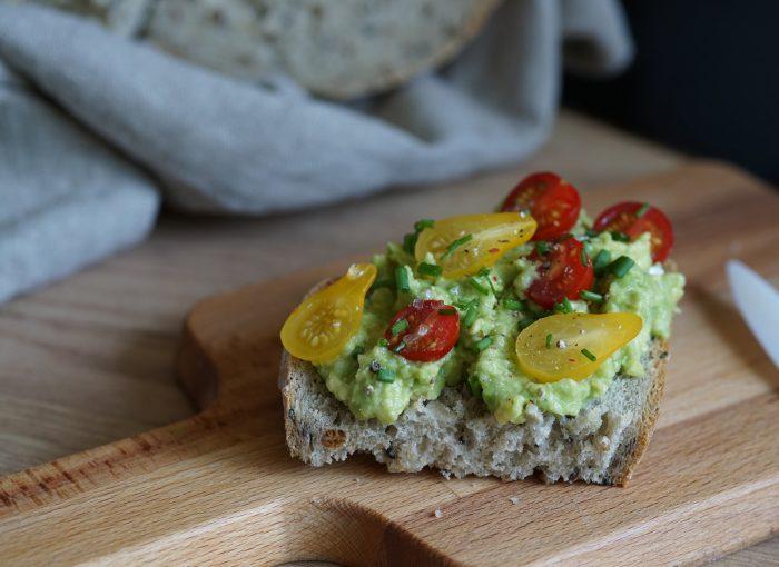 Brot mit Avocado & Tomate