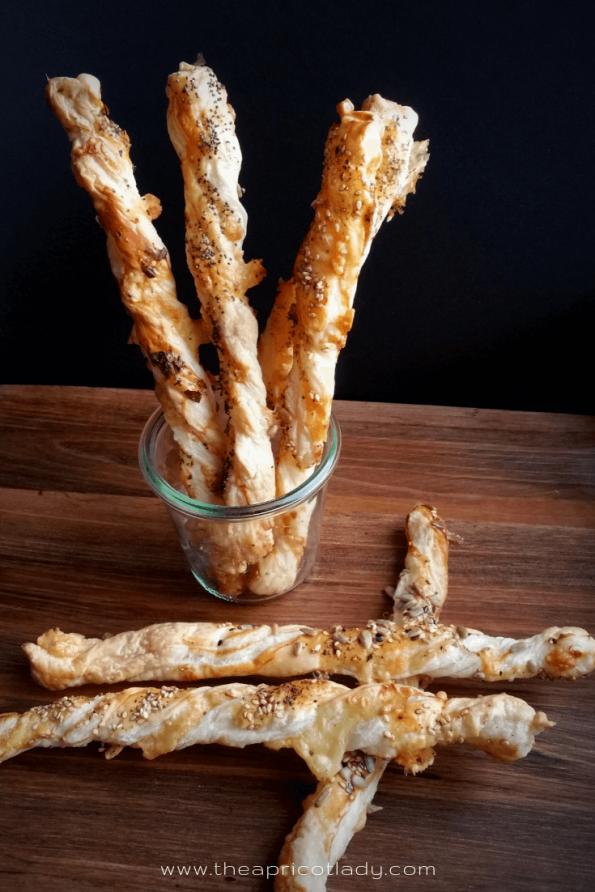Mal eine andere Knabberei für die nächste Party? Probier mal selbst gemachte Käsestangen aus Blätterteig. #snacks #silvester #easy #selbstgemacht #rezept