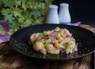 Ich verrate euch das Rezept für den besten Kartoffelsalt von der ganzen Welt! Einfach zubereitet und köstlich! #rezept #moodfood #lecker #kartoffelsalat #vegan