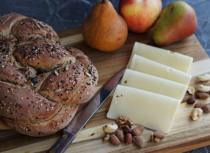 Rezept mit Anleitung für das leichte Nachbacken des Roggen-Haferbrot. Das Brot wird mit Sauerteig & etwas Hefe hergestellt. Genau richtig zur Brotzeit!