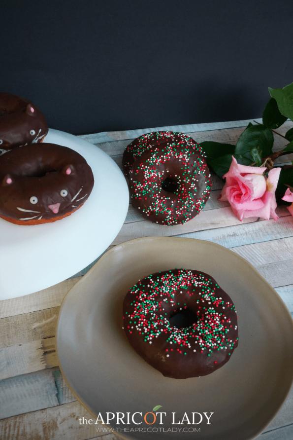 Schokodounts mit Streusel & Donutkätzchen sind mal etwas anderes. Ob zum Oster-Brunch oder als Geburtstags-Kuchen. #donut #schokolade #ostern #geschenk #geburtstag