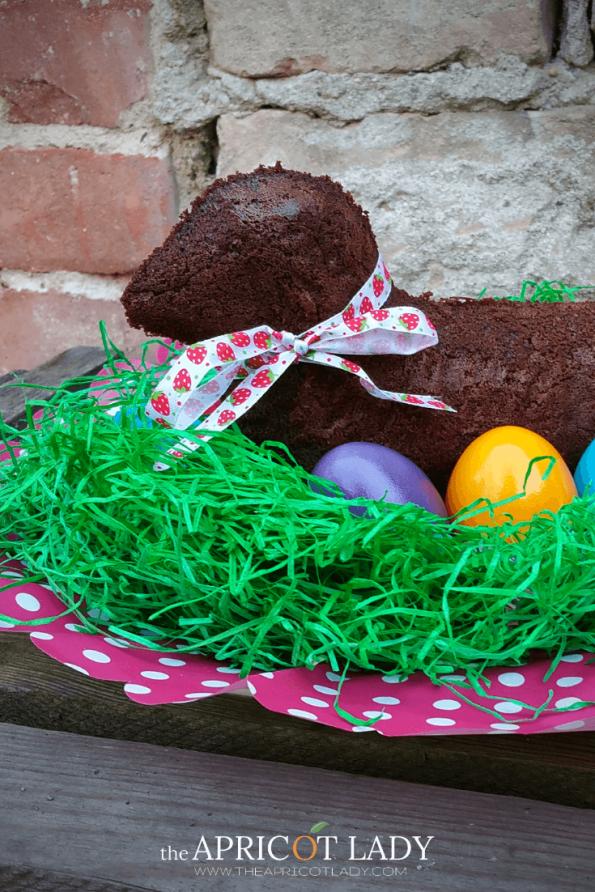Mit diesem Rezept kannst du dir ein super schkoladiges Osterlamm backen. Fluffiger Schokoladekuchenteig. Hübsch dekoriert ist es auch ein tolles Geschenk aus der eigenen Küche. #Schokolade #backen #Ostern #süß #Geschenk