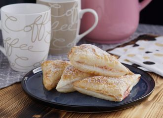 Ob als Fingerfood bei Party oder zum Kaffee die Blätterteigtaschen gefüllt mit Preiselbeermarmelade sind einfach gemacht und schmecken einfach nur toll! #easy #food #essen #yummy #blätterteig #backen