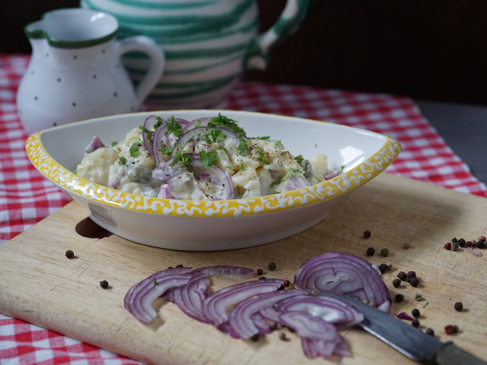 Kartoffelsalat mit Mayo und sauren Gurken