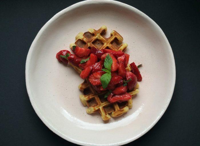 vegane Waffeln mit marinierten Erdbeeren