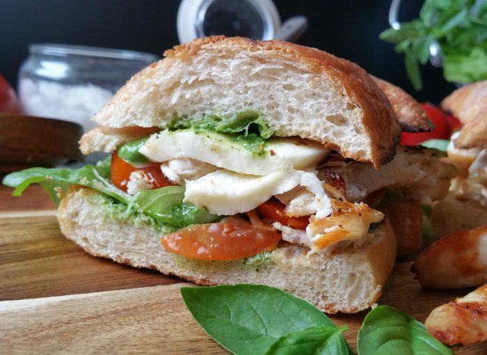 Sandwich mit gegrilltem Hühnchen, Mozzarella, Tomaten & Basilikumpesto