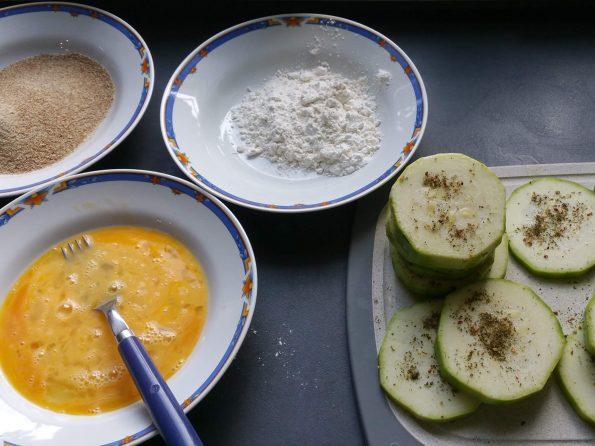 Panierte Zucchini im Backrohr zubereiten