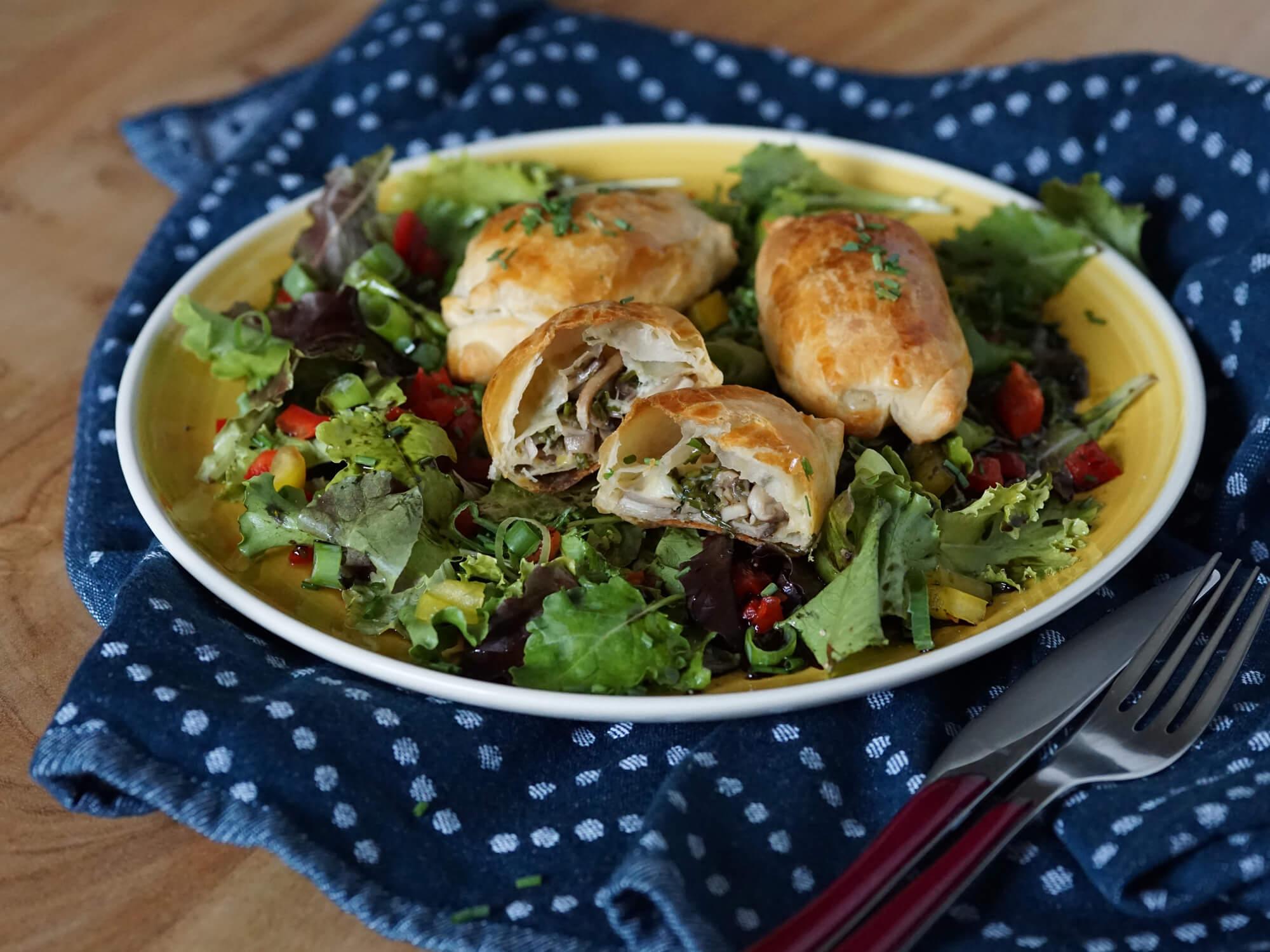 Pilztaschen auf Blattsalat