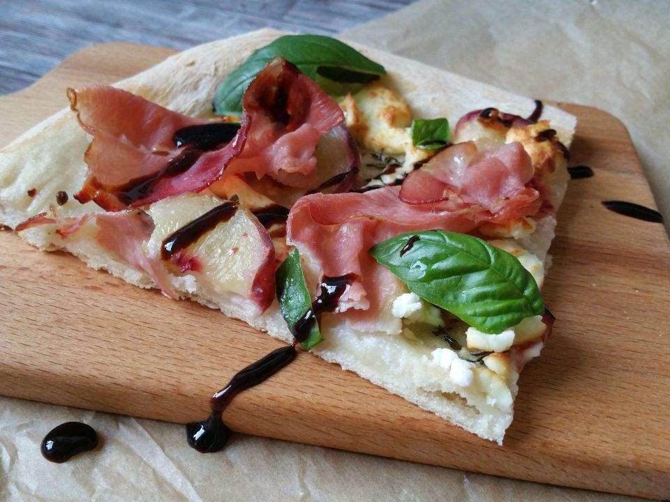 Pizza mit Ziegenkäse und Weingartenpfirsich
