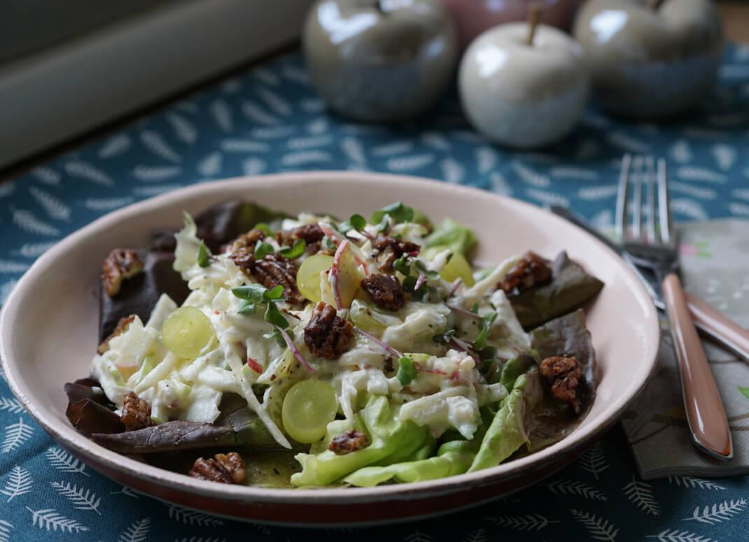 Selleriemuffel aufgepasst! Diesen Apfel Sellerie Salat mit karamellisierten Nüssen müsst ihr probieren!