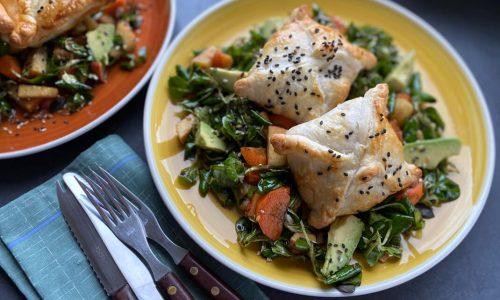 Blätterteigtaschen mit Fisch auf Salat