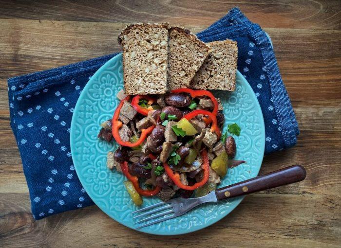 Rindfleischsalat mit Käferbohnen und karamellisierten Balsamico-Zwiebel